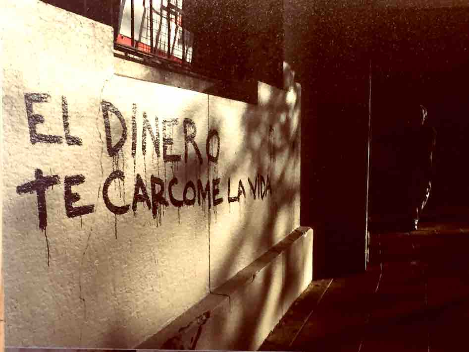 """El Dinero te Carcome La Vida"" (translation: Money eats your life)"